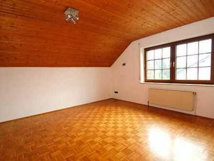 Helle Dachwohnung mit Einbauküche