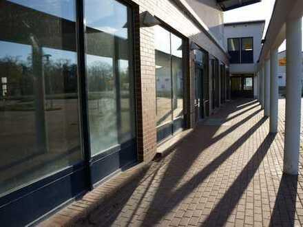 Vielseitig nutzbare Büro-, Praxis- oder Verkaufsräume mit großem Parkplatz