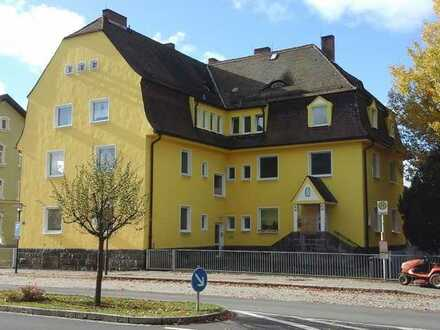 Gerade in Sanierung in Wiesau: WG-geeignet! 2-Zimmer-Wohnung in unmittelbarer Bahnhofsnähe