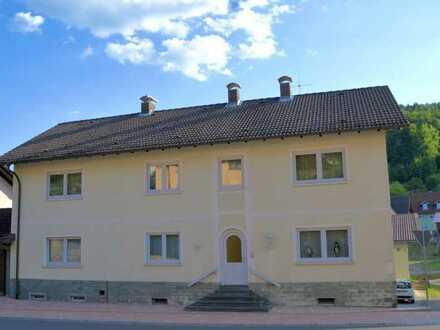 Mehrfamilienhaus mit Garagen und Halle