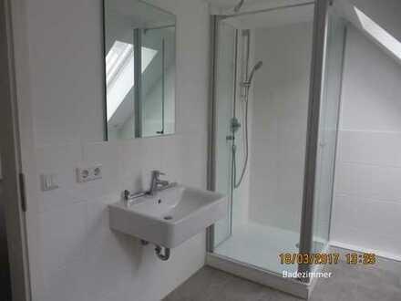 sehr schöne helle 3 Zimmer Wohnung Dachgeschosswohnung zu Vermieten Neu Saniert