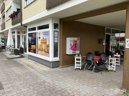 Tolles Cafe mit guten Spielautomatenergebnis und schöner Terrasse