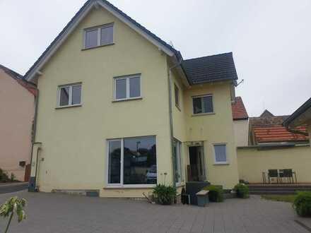 Schönes, helles Einfamilienhaus mit großem Hof und Garten in Wahlheim