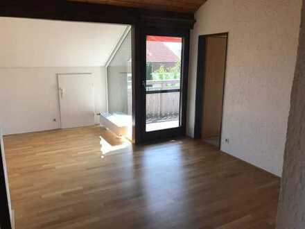 Helle und gemütliche 3 Zimmer DG-Wohnung mit EBK und schönem Weitblick auf Felder