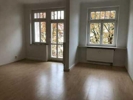 große, helle Wohnung mit Balkonen, Essküche + Blick ins Grüne