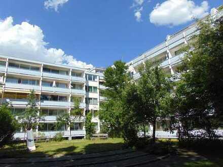 Ruhig und im Grünen! Attraktive 2-Zimmer-Wohnung mit Balkon in begehrter Citylage, TG. (Vermietet)