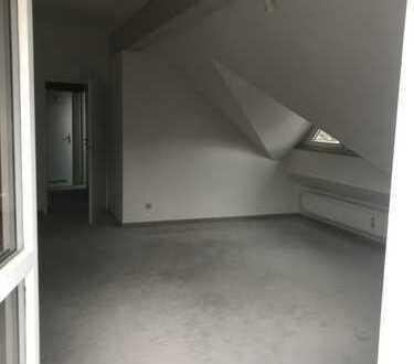 Stilvolle, neuwertige 2,5-Zimmer-Dachgeschosswohnung mit Balkon und Einbauküche in Pasing, München