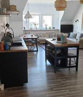 Zweitbezug nach Sanierung: Attraktive 2-Zimmer-DG-Wohnung mit Einbauküche in Hannover