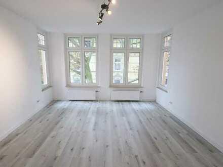 Komplett renovierte Praxisfläche mit großen Räumen, hohen Decken und viel Licht