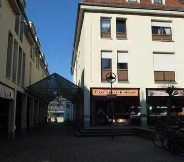 Ruhig gelegene 3-Zimmer-Eckwohnung mit Tiefgaragenplatz im Herzen der Stadt in gepflegt. Mehfam.Haus