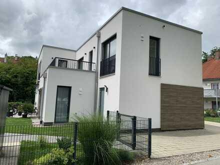 Exklusive 3-Zi.-Wohnung in Zweifamilienhaus (2 Dachterassen / Garage / EBK)