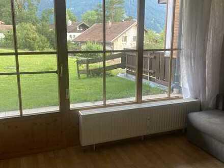 Geschmackvolle und geräumige EG-Wohnung mit zwei Zimmern sowie Balkon und EBK in Pfronten