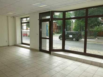 Ladengeschäft mit großer Glasfront, Granitfassade und Fußbodenheizung in guter Geschäftslage!