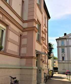 zum Renovieren - große 4 ZKB-Wohnung mit Stellplatz, in stilvollem Haus und zentrumsnaher Lage
