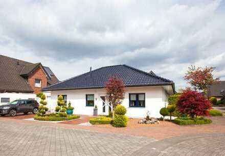 Moderner freistehender Bungalow. Mit angebauter Backsteingarage, schön angelegtem Garten !