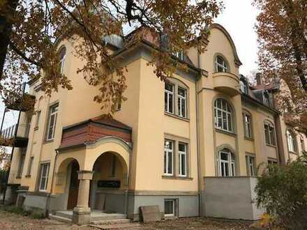 Atelier-Wohnung in sanierter Denkmal-Villa unweit vom Großen Garten.
