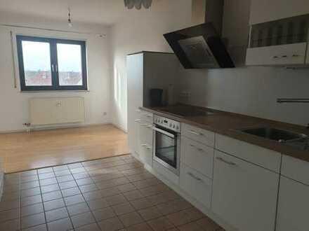 Zentrale und gepflegte 2,5-Zimmer-Wohnung mit Balkon und EBK in Hockenheim