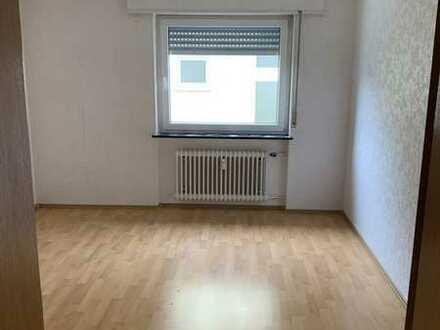 Gepflegte EG-Wohnung mit drei Zimmern und Balkon in Neuhofen