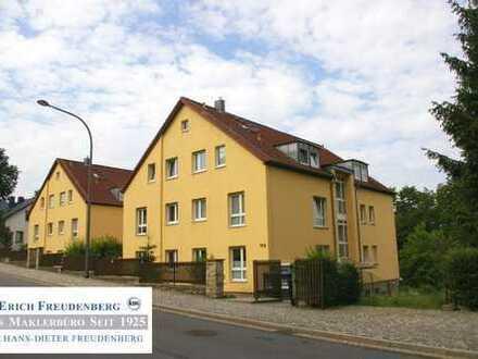 BEZIEHBARE 2-Zi.-Whg. mit Stellplatz, Balkon, Parkett, separater Küche mit EBK, Bad mit BW+Fenster