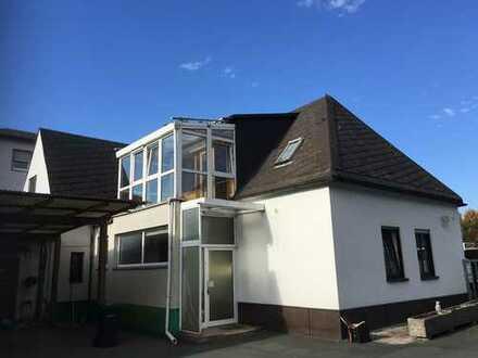 Grundsolides Haus mit viel Potenzial in Hof