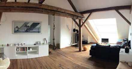 Außergewöhnliche 4-Zimmer-Altbau Maisonette-Wohnung mit Balkon u. Kaminofen