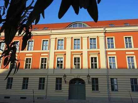 """""""Palais de Gontard"""": Charmante barrierefreie 2-Zimmer-Wohnung mit West-Balkon zur Gartenseite"""