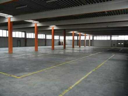 ATTRAKTIVE HALLEN-/PRODUKTIONSFLÄCHE (ca. 4.500 m²) + BÜROS AUF ANFRAGE PROVISIONSFREI ZU VERMIETEN