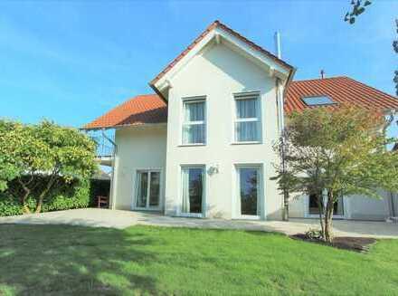 SCHWIND IMMOBILIEN - alles vom Feinsten: freistehende Villa in Feldrandlage