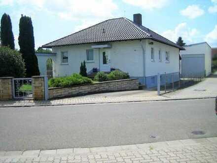 Bungalow mit Gewerbehalle, Garage und Garten in Frankenthal