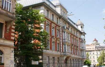 Geräumige Altbauwohnung in denkmalgeschützem Haus + Balkone