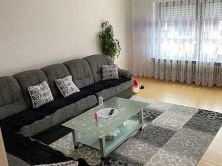 Geräumige , lichtdurchflutete 4,5-Raum-Wohnung mit Balkon und Einbauküche in Leonberg