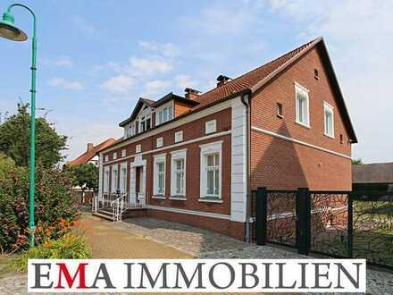 Vierseitenhof mit Zweifamilienhaus im Landhausstil