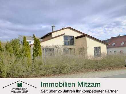 Neuwertiges Einfamilienhaus mit Innenpool u. Doppelgarage in besonderer Architektur (Berching)