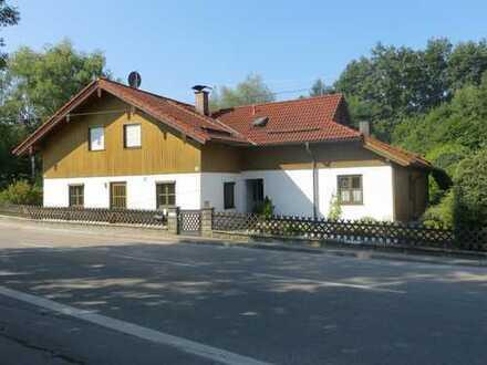 Generationenhaus mit großem Garten und Garagen
