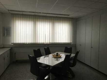 Schönes helle Büro mit drei Räumen