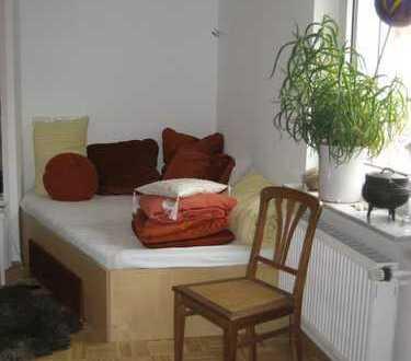 sonniges, möbliertes WG Zimmer mit 5eckigem Bett