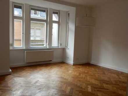 Helle, behutsam renovierte Altbauwohnung mit hohen stuckgeränderte Decken, Parkett/Dielenboden