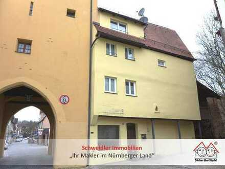 Wohnen an der Stadtmauer! Historisches Stadthaus mit vermieteter Ladenfläche in Hersbruck