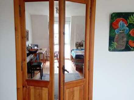 wunderschöne 3-Zimmer-DG-Wohnung mit Balkon und Einbauküche in attraktiver Lage
