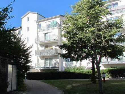 Schöne, geräumige ein Zimmer Wohnung in Leonberg mit Balkon und Tiefgaragen-Stellplatz