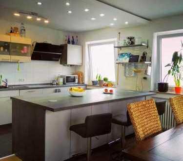 Große ETW 125 m² im OG eines sanierten 2-Familienhauses, tolle EBK, 2 hohe Garagen, Schwendi OT mit
