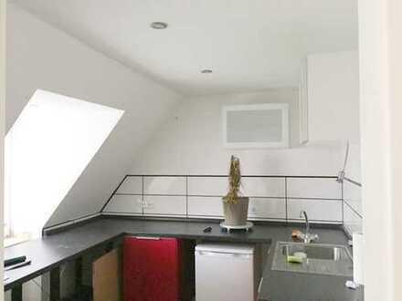 Schöne Dachgeschosswohnung mit 3-Zimmern und großem Bad