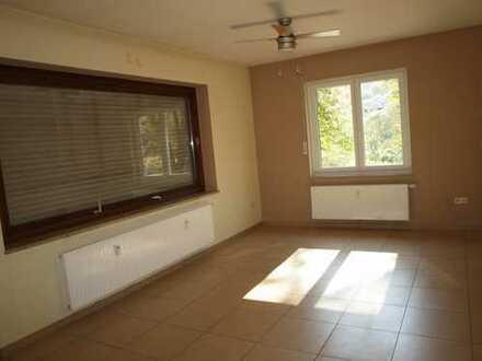 Schöne helle Wohnung im 1. OG mit Balkon und eigenem Hauseingang zu vermieten !  - frei ab sofort