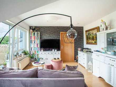 Traumhafte DG-Wohnung mit zwei Zimmern sowie Balkon und EBK