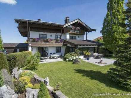 Leben im Urlaubsparadies mit traumhaftem Gebirgsblick -  Zweifamilienhaus mit XL Garten im Chiemgau