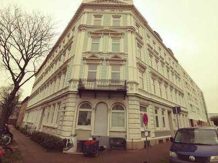 Sanierte 3 Zi. Erdgeschoss Altbauwohnung, Stilelemente, Balkon, Gartennutzung in Hamburg-Rotherbaum