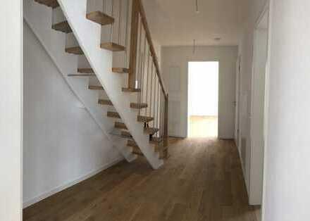 Schöne ruhige 3 Zimmer Galerie Maisonnette Wohnung! Erstbezug!