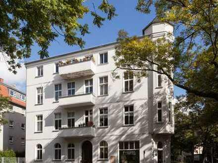 Sanierter Altbau! Dachgeschosswohnung mit 2 Zimmern und Balkon (VH DG mitte)