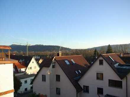 Großzügige DHH in guter Lage in Weinstadt-Großheppach. Große Zimmer & zwei Bäder & sonnige Loggia.