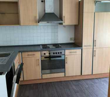 3-Raumwohnung in der Südstadt im 2. Obergeschoss. Bad mit Wanne & Küche mit Einbauküche!